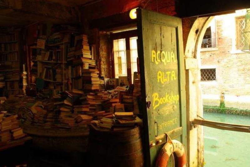 18 legendárních knihkupectví, která by měl ve svém životě navštívit každý knihomol