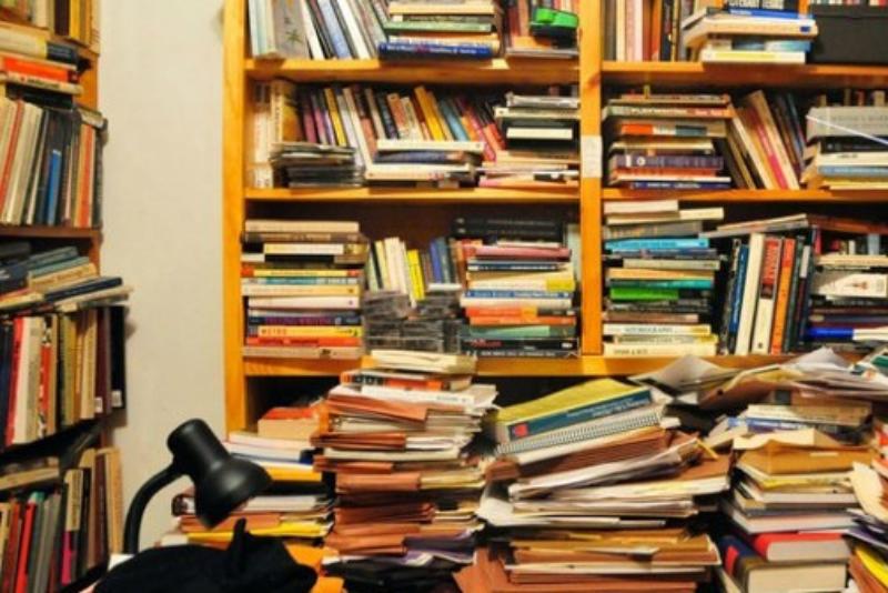 """Povalují se vám doma hromádky nepřečtených knih? Pak by vás mělo zajímat slovo """"tsundoku"""""""
